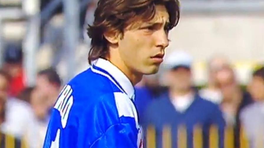 Un giovanissimo Andrea Pirlo in azione con la maglia delle Rondinelle durante la stagione 1997-98