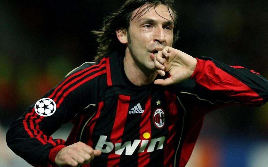 Andrea Pirlo bacia l'anello dopo una rete in Champions League con la maglia del Milan