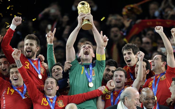 Iker Casillas alza la Coppa de Mondo da capitano della Spagna
