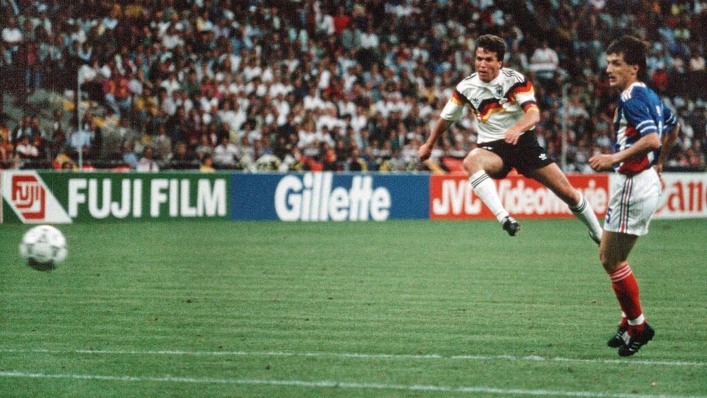 Il tiro Lothar Matthaus prima che finisca il rete contro la Jugoslavia e diventi uno dei gol più belli realizzati al Mondiale